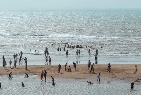 شاطئ فم الواد يتحول لمحج لساكنة العيون