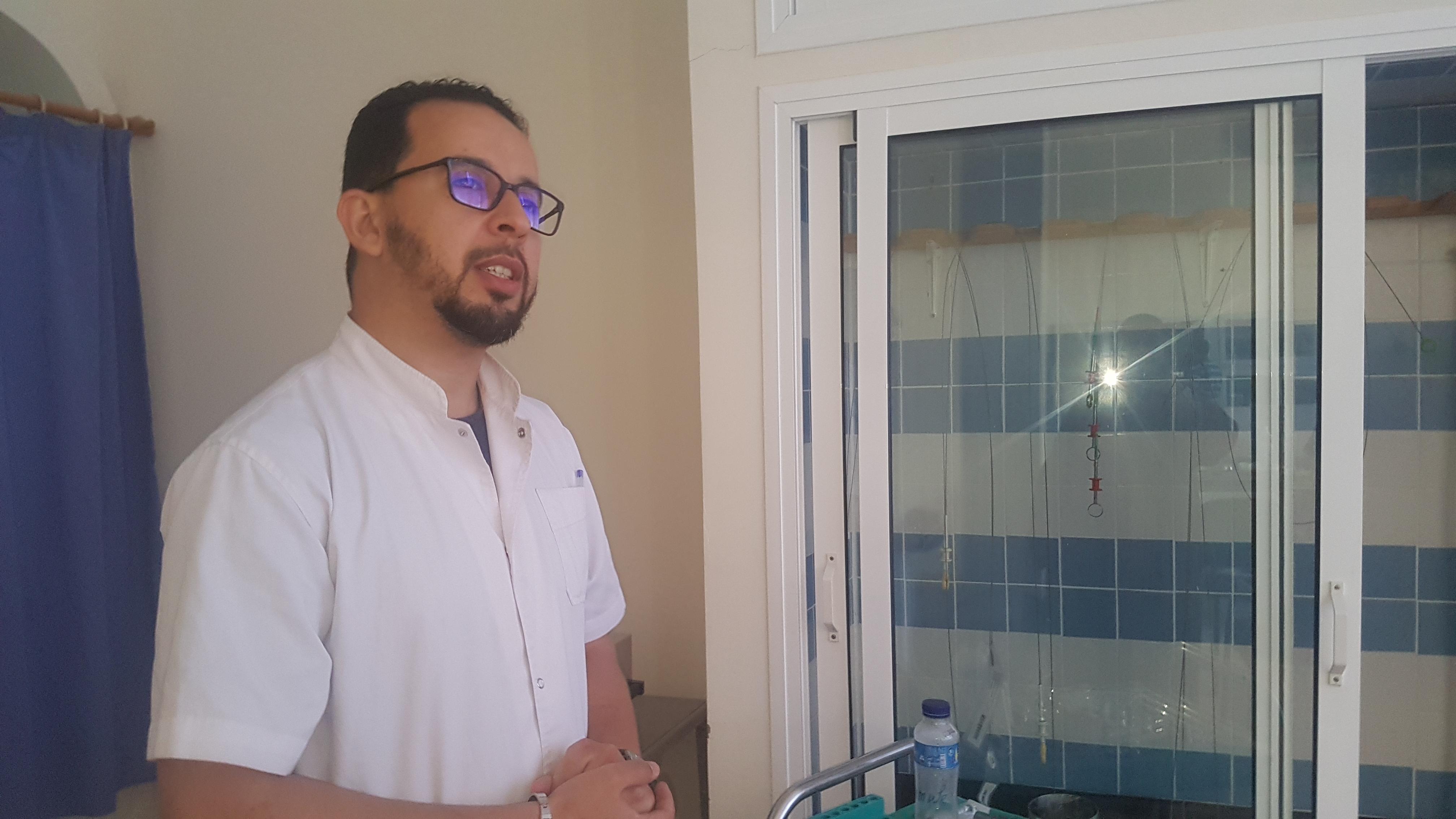العيون:الدكتور صالح عبد السلام أخصائي  في الجهاز الهضمي يجري اول عملية بواسطة التنظير الباطني