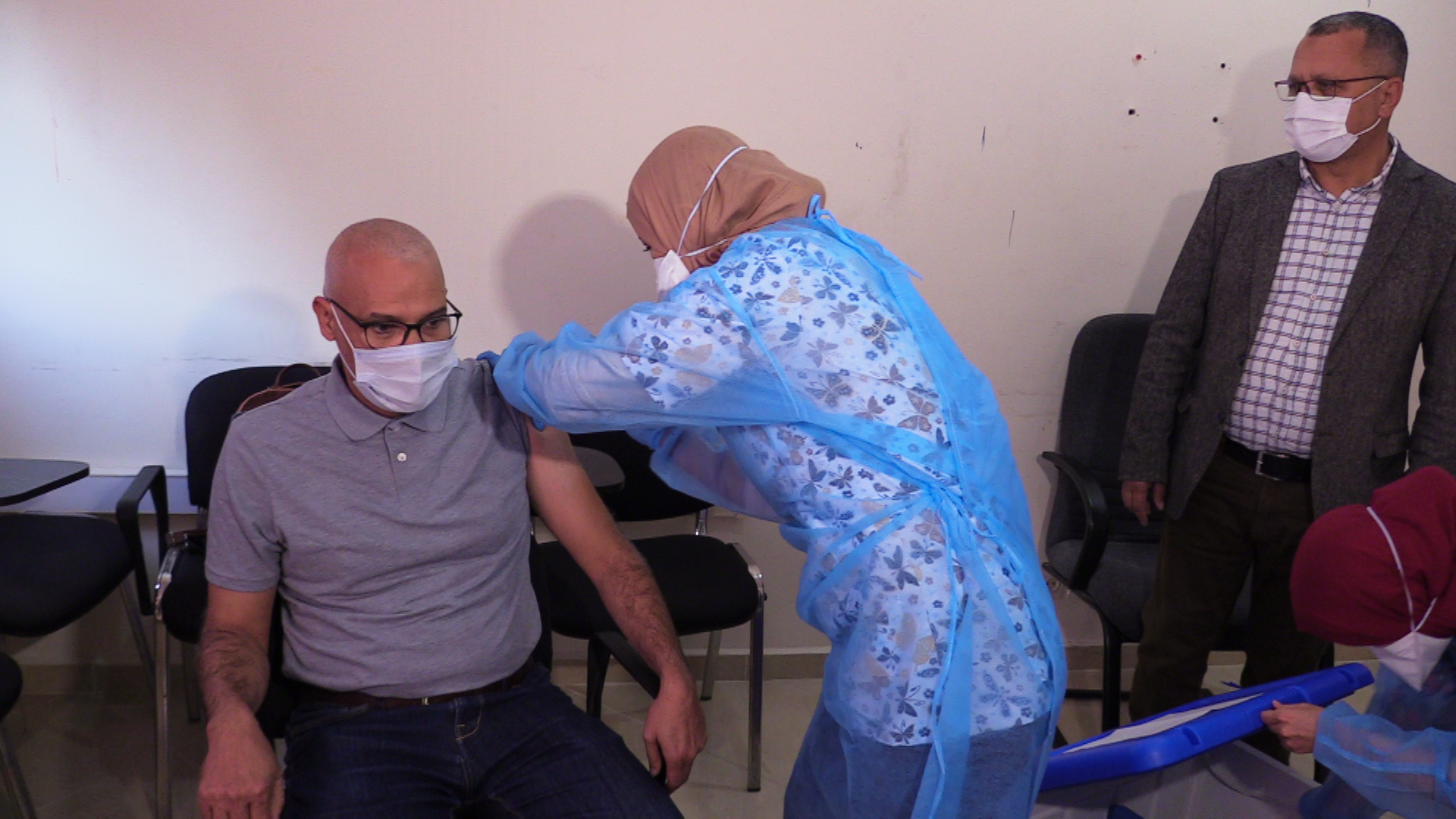 اول جرعةللتلقيح ضد فيروس كورونا تلقاها بالعيون الاستاذ التوبالي محمد البشير المدير الاقليمي للتعليم بالعيون